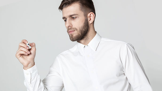 長袖シャツの男性