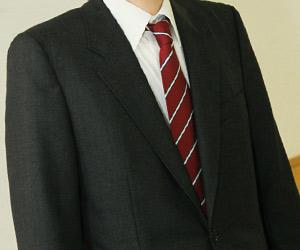 黒のスーツと赤系ネクタイ