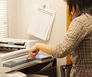 コピーをとる女性事務員