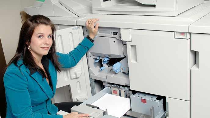 コピー機に用紙を補充する女性事務員