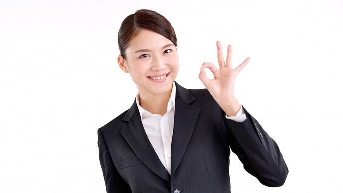 清潔な髪型のスーツ姿の女性