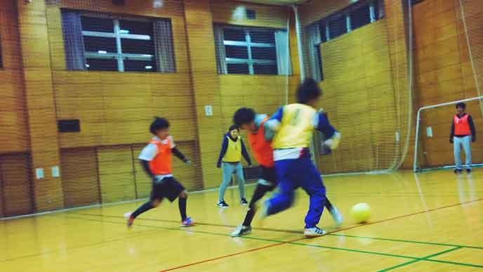 スポーツサークルでフットサルをする学生達