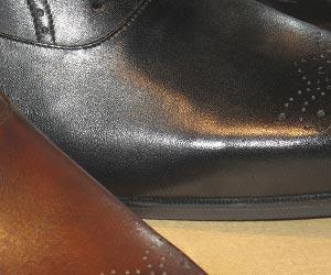 黒と茶色の革靴の甲