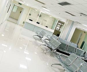 病院の空の待合室