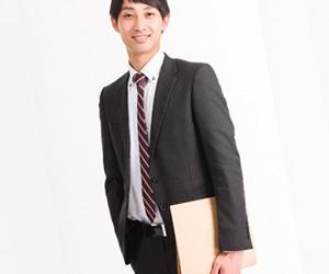 書類をもつスーツ姿の男性