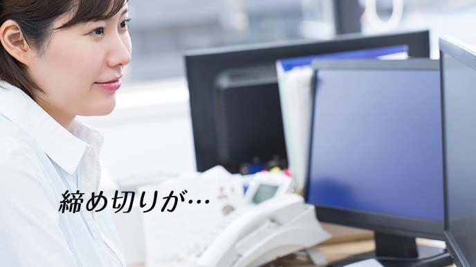 パソコンに向かって作業する女性社員