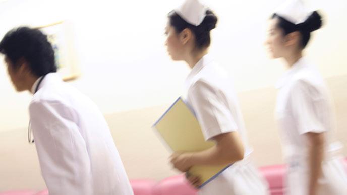 医師と看護師が診察に行く