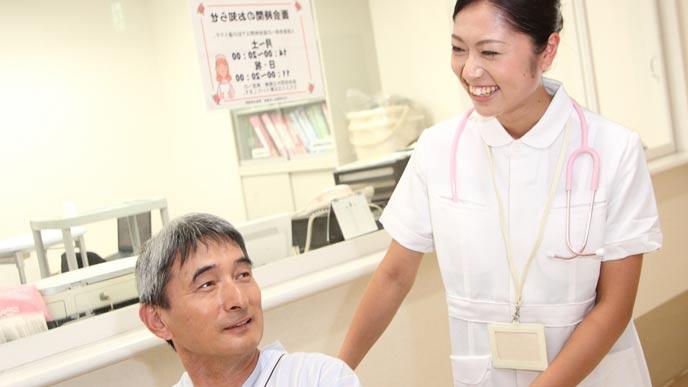 患者から笑顔で感謝される看護師