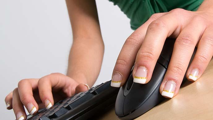 キーボード操作する女性のネイル