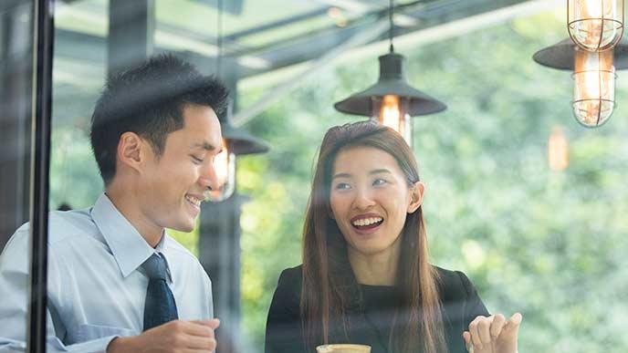 恋人と話し合うビジネスマン