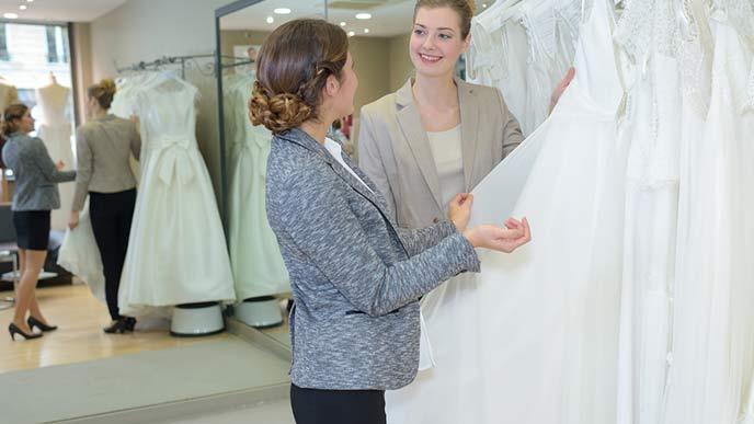 ドレスを選ぶ花嫁