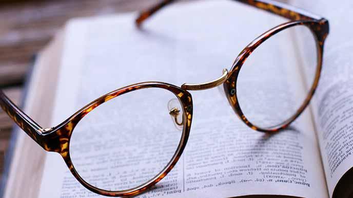 本の上に置かれた眼鏡