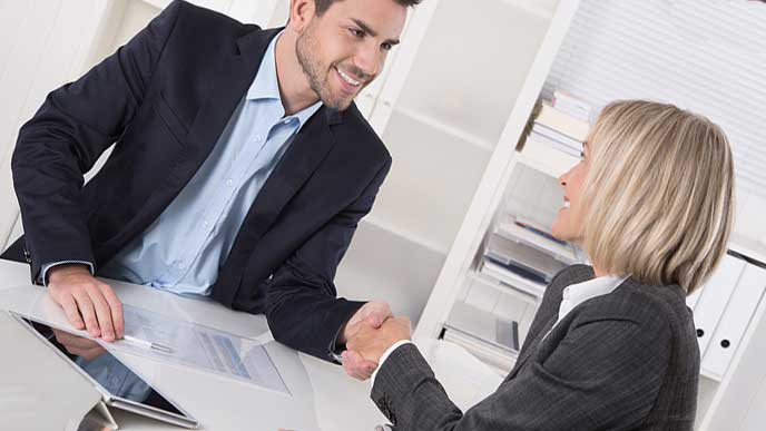 握手する転職エージェントと転職希望者