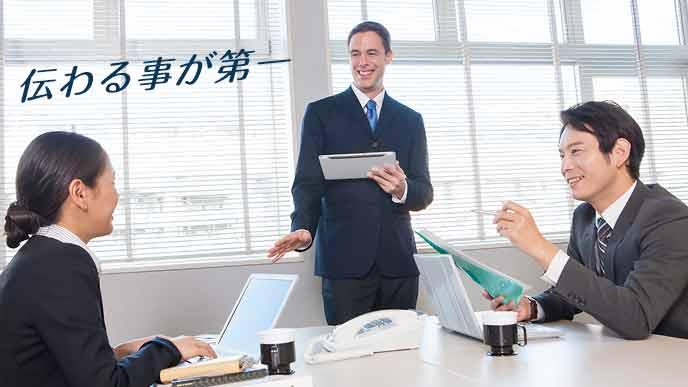 会話する外国人社員と日本人