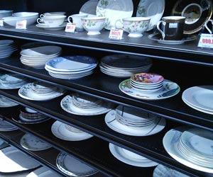 食器が店内の棚に並ぶ