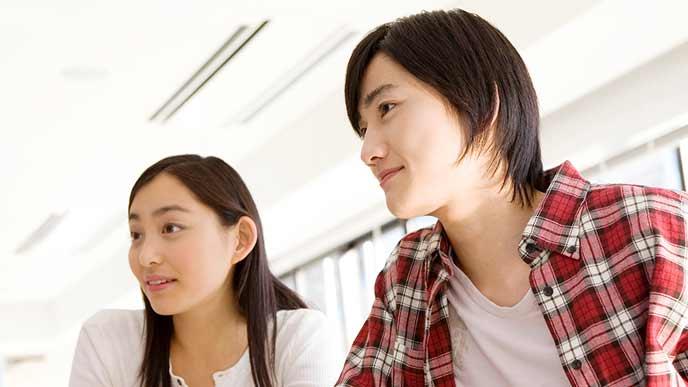 授業の合間に会話する学生