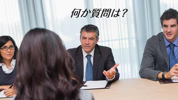 面接官から質問を受ける女性