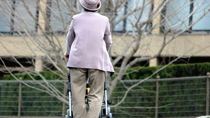 手押し車を押して歩く老人
