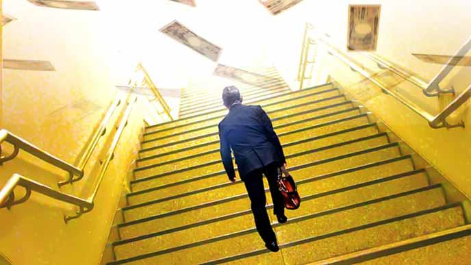 階段を上っていくサラリーマンと舞う紙幣