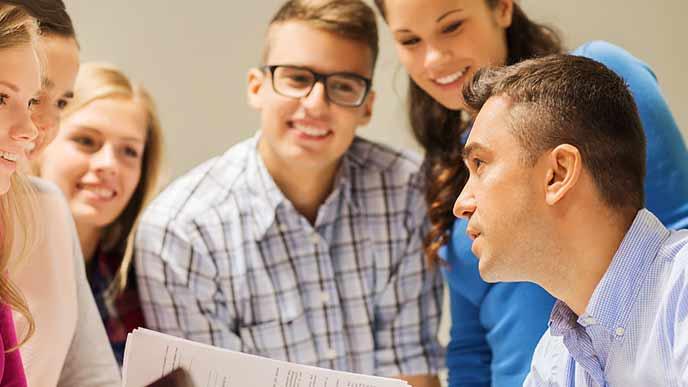 生徒と直接対話する講師