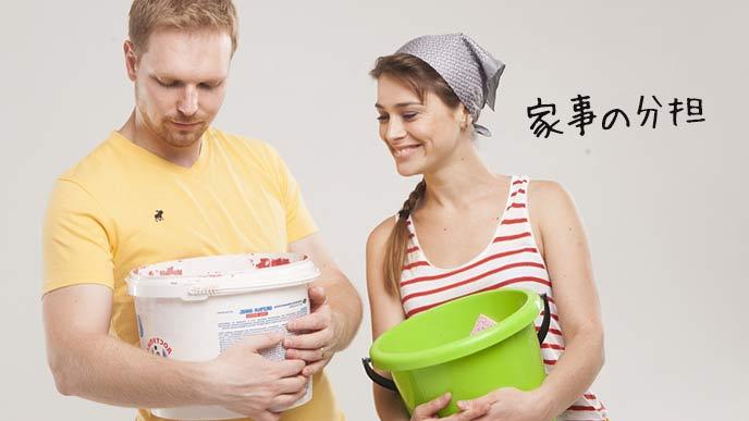 家事分担でバケツを持つ夫と妻
