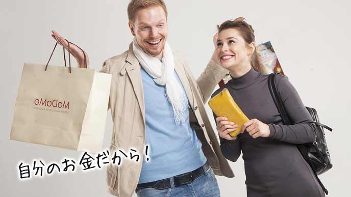 買い物する夫婦