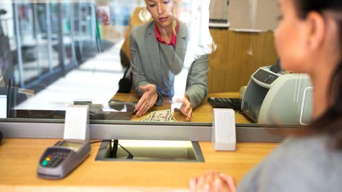お客様のお金を処理する銀行員