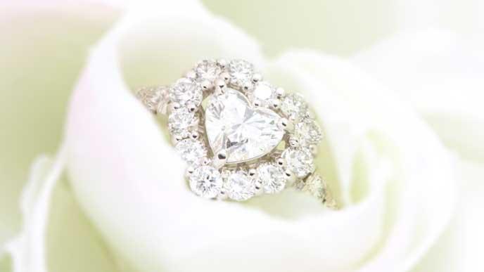 ハートの形をしたダイヤの指輪