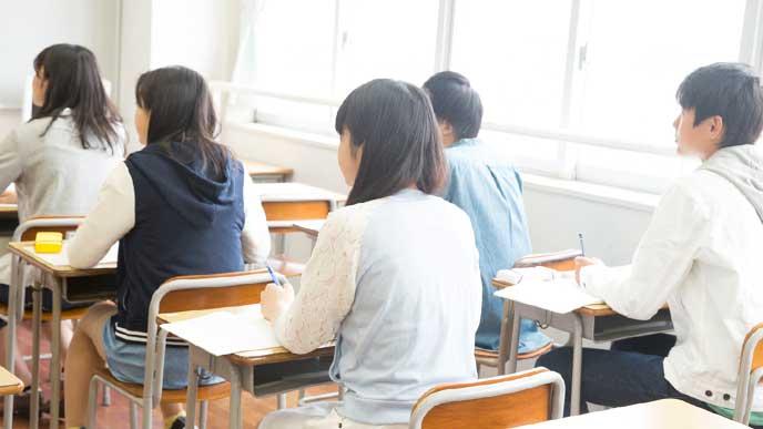 学習塾で勉強をする子供たち
