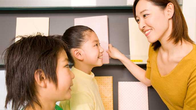 生徒と会話をする塾講師