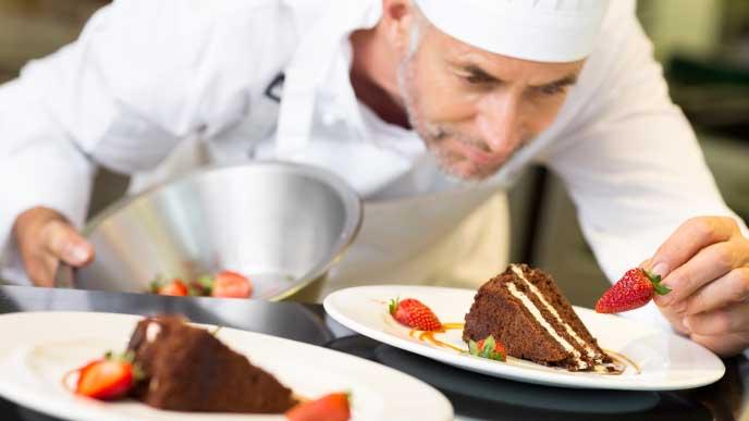 ケーキを作るパティシエ