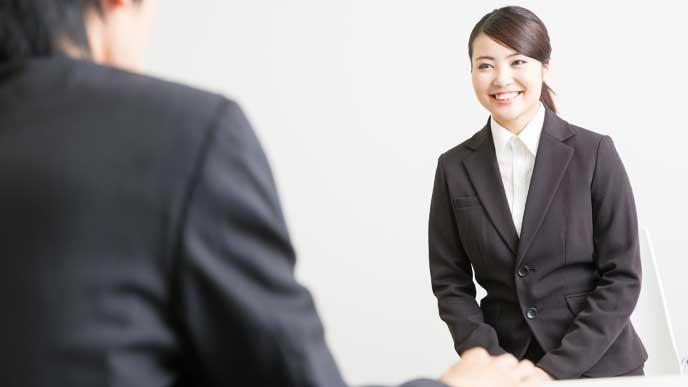 志望会社の面接試験を受けている女性