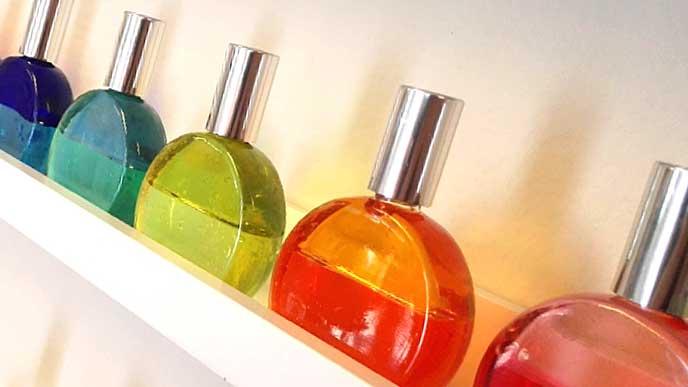 棚の上に並んだカラーセラピーのボトル