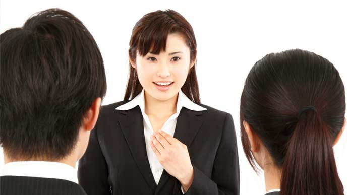 志望する企業の面接で自己アピールをする就活生