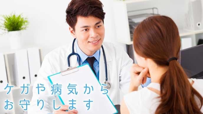 患者の健康状態を診察する保健師