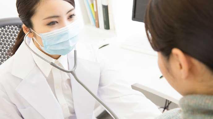 患者の診察をしている保健師