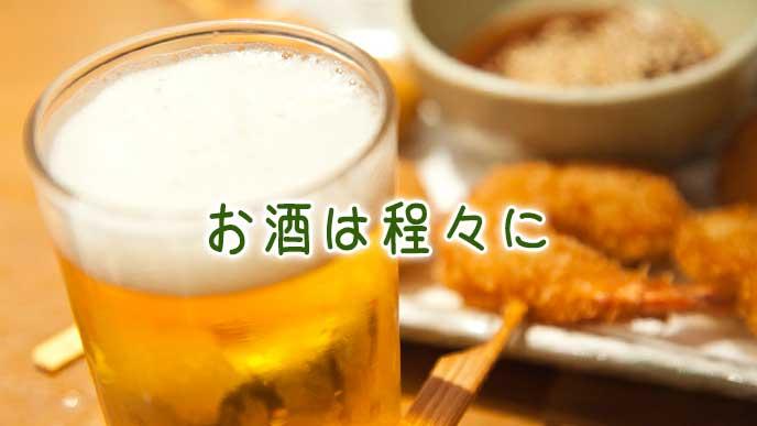 飲み会のテーブルに置かれたビールと料理