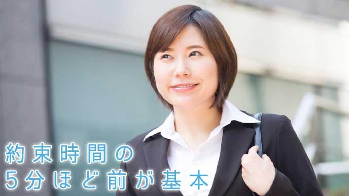これから会社の面接を受けに行く就活生の女性