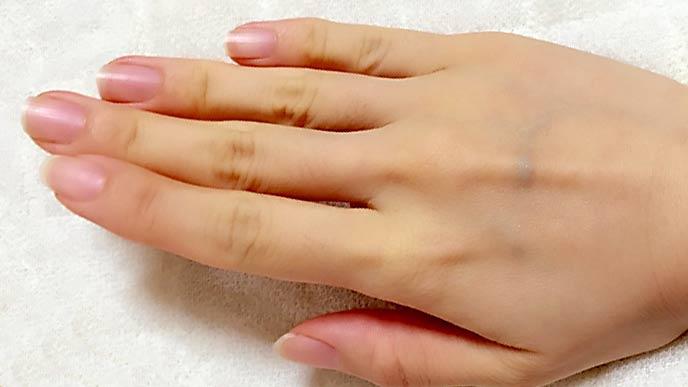 女性の自爪の手