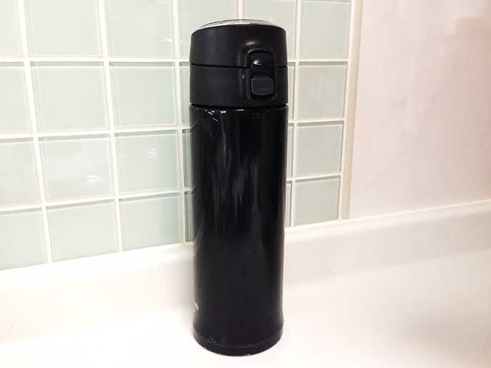 黒いピーコックの水筒