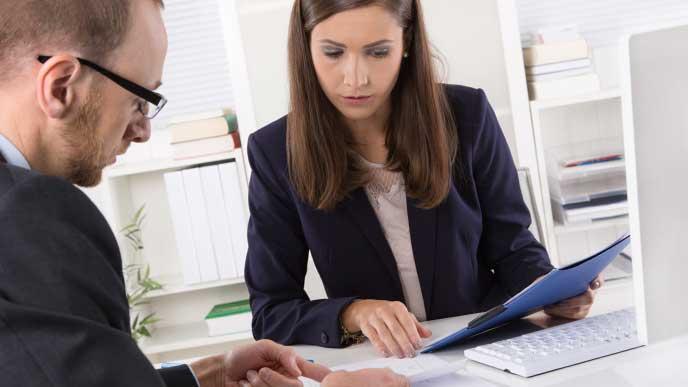 サラリーマンに転職先を案内している転職エージェントの女性