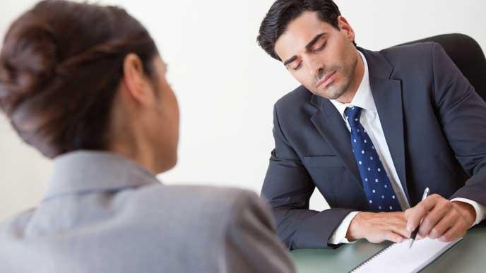 転職エージェントに相談をしている転職活動中の社会人