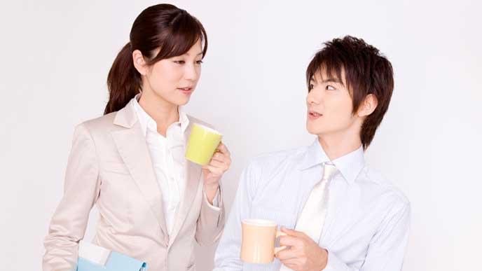 コーヒーを飲む会社員の男女