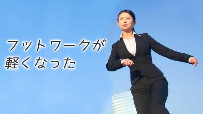 パンツスーツを着た走ってる就活中の女性