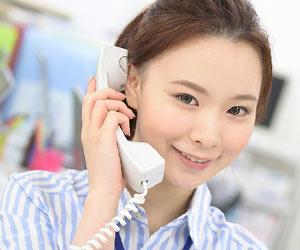 会社で電話を受ける女性