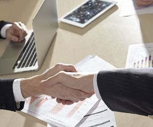 ビジネスマンが握手する