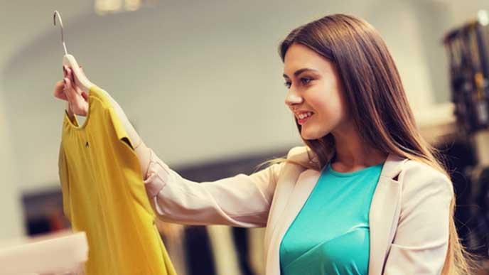 洋服を品定めするバイヤーの女性