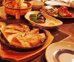 テーブルの上の料理の皿