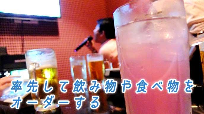 カラオケボックスのテーブルに並ぶ飲み物