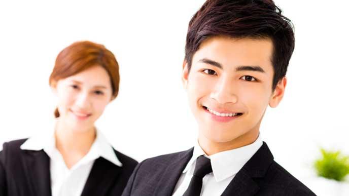 自信に満ちた笑顔のビジネスマン達
